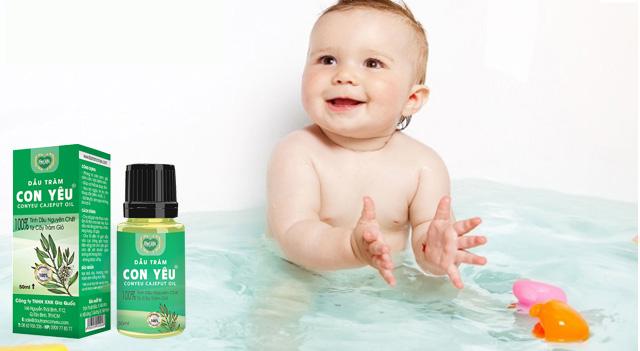 Yêu con mẹ dùng tinh dầu tràm Huế cho bé
